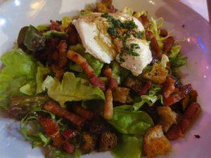 La salade lyonnaise comporte notamment un oeuf poché.