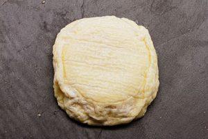 Le saint-marcellin est un fromage rond à pâte molle.
