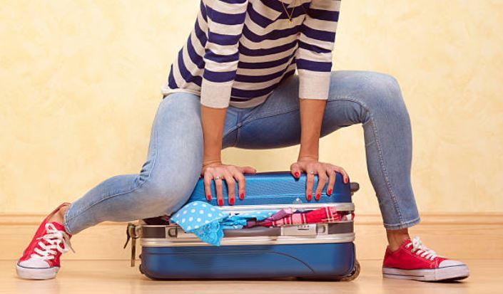 gagner-place-valise-voyage-femme-vetements