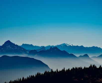 Chaîne de montagnes enneigées en France