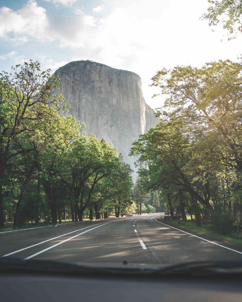 Une route de campagne en voiture