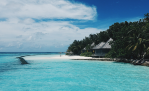 Plage de sable blanc et d'eau turquoise