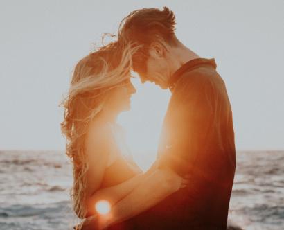 Couple qui s'embrasse au coucher de soleil